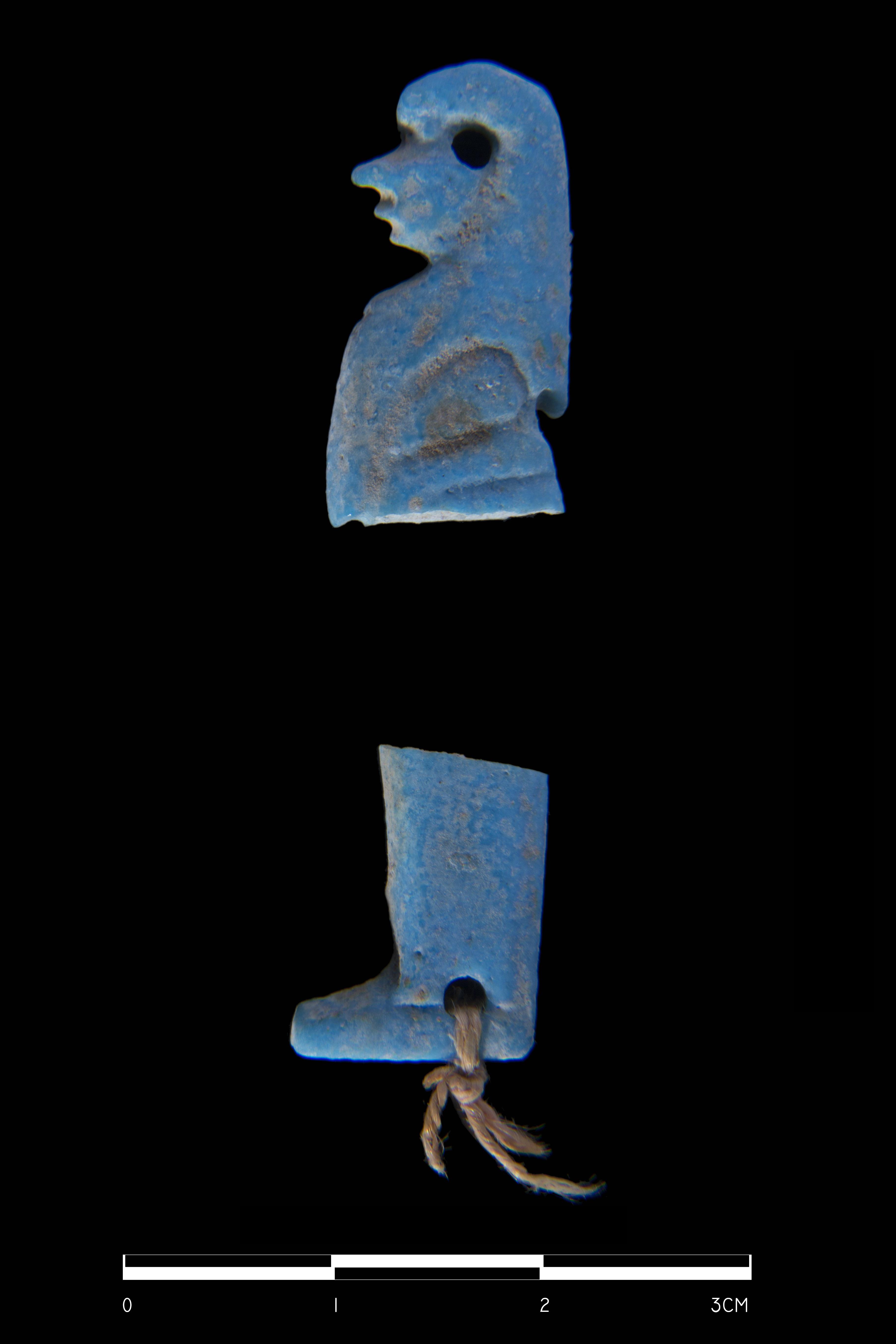 Ryc. 6. Fragmenty fajansowego amuletu ukazującego jednego z Synów Horusa (fot. M. Jawornicki).