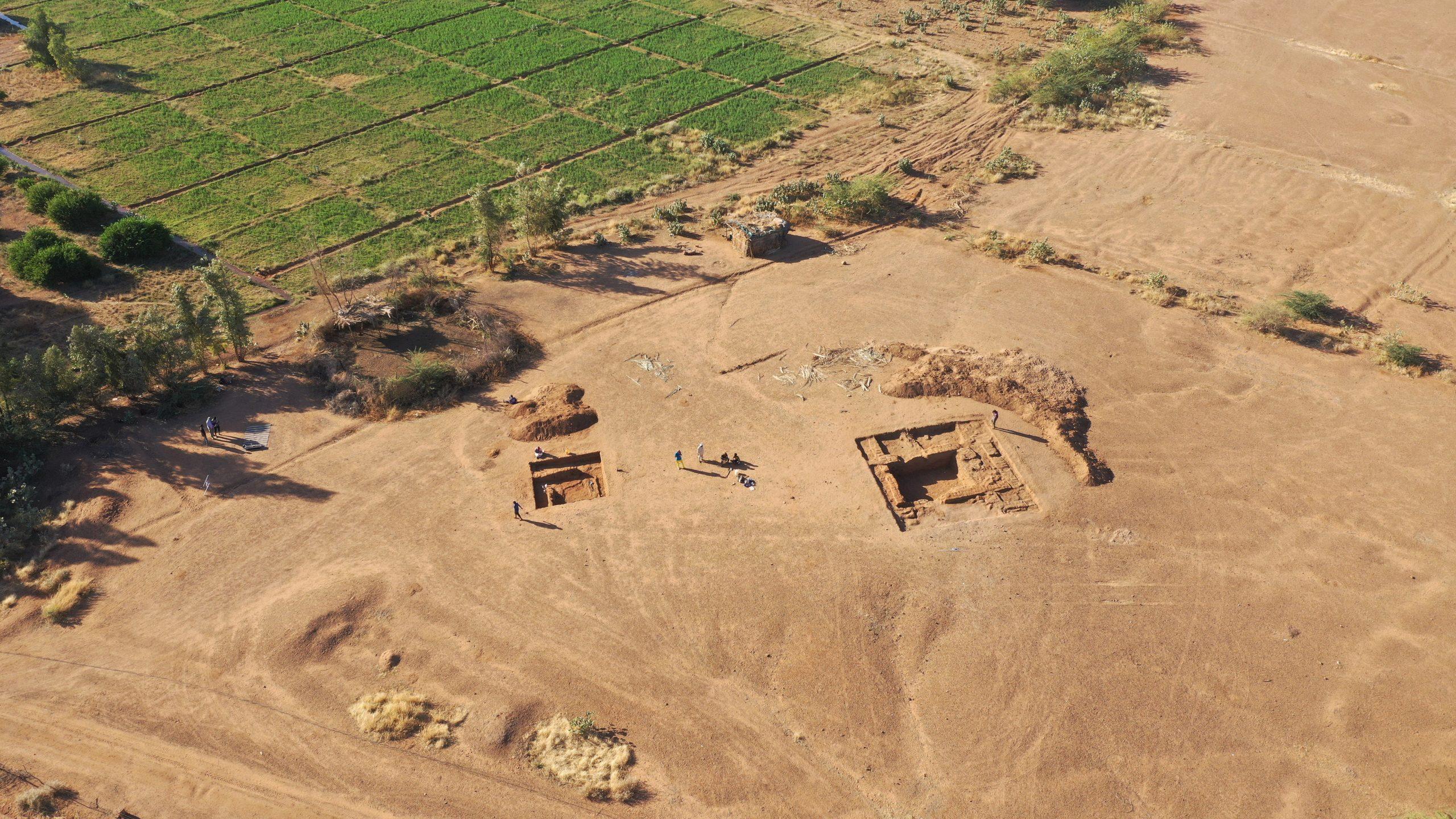 il. 3. Kom OS w trakcie badań. W wykopach widoczne pozostałości budowli z cegły mułowej. (fot. M. Drzewiecki)